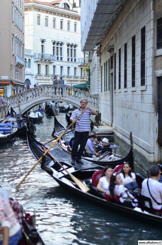 Венеция, гондольеры в работе. Фото: Конобеев Константин.