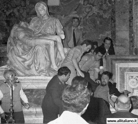 Во время нападения на скульптуру