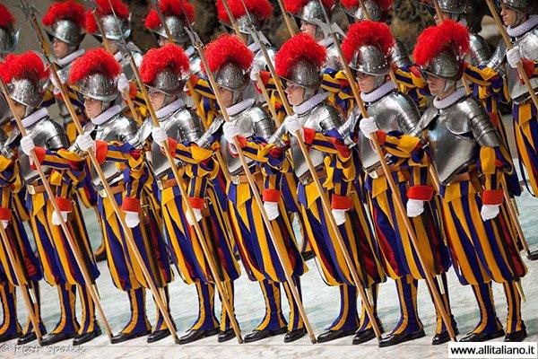 vatikan-scweizarskie-gvardejzy-italia-papa-rimskij-konobella (17)