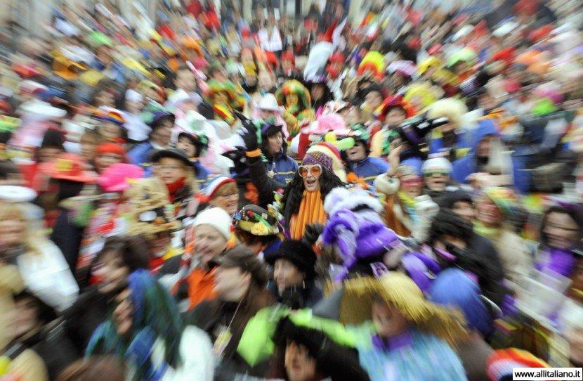 Февральская карнавальная вереница в Италии