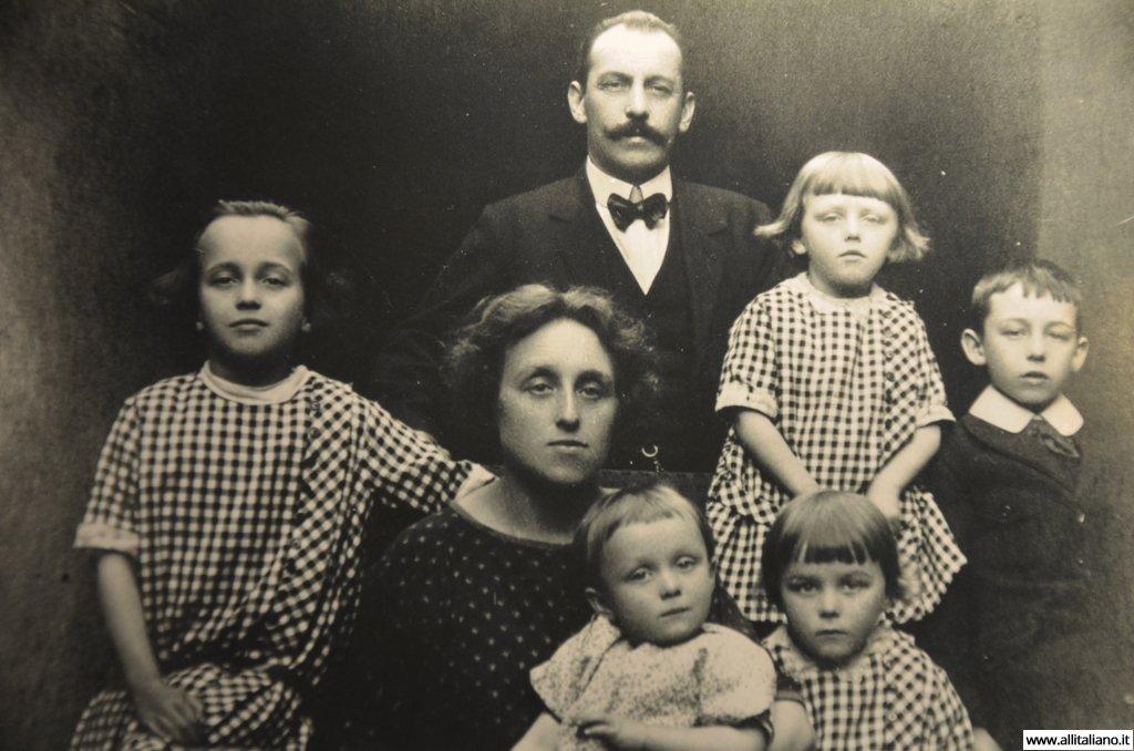 Родители Магдалены с детьми и племянниками..