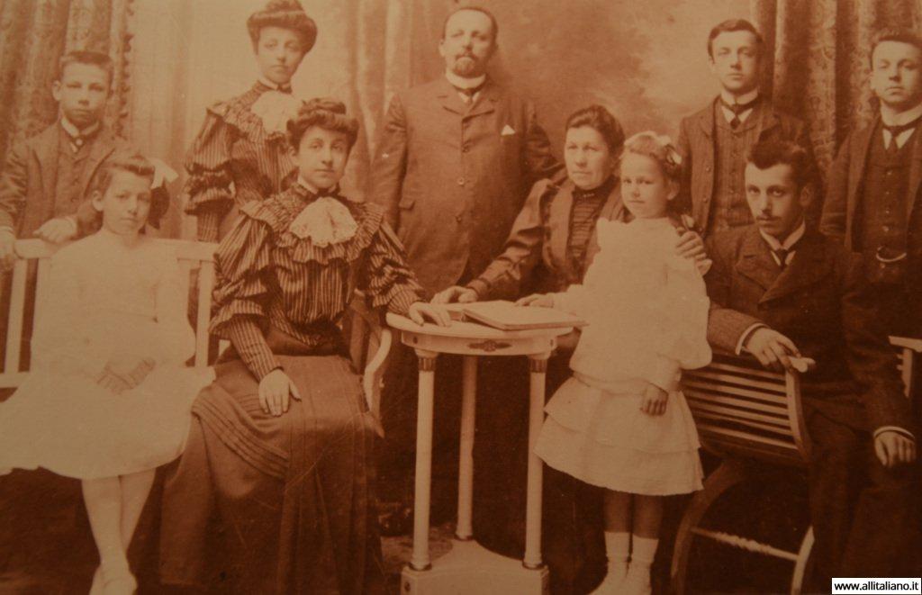 Бабушка и дедушка Магдалены Бэдле с семьей.