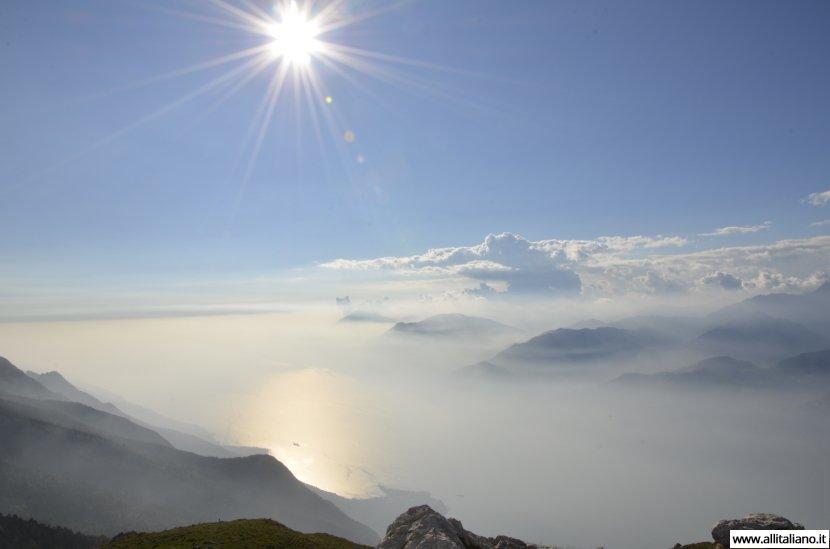 Парящий в облаках день на озере Гарда