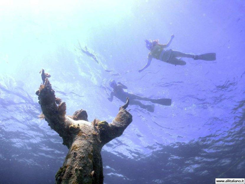 Магнетический шарм подводной статуи «Христос из бездны»