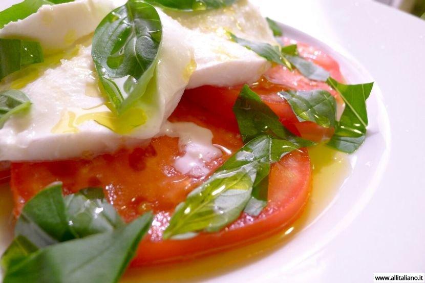 «Моцарелла ди буффала» с помидорами и базиликом