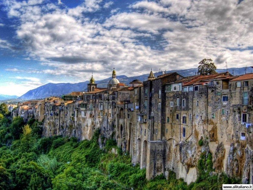 Сант-Агата де Готи — город, растущий на обрыве