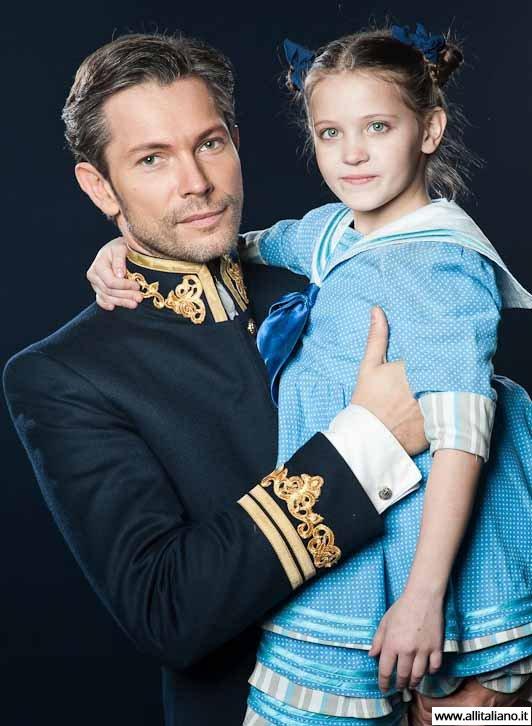 Кирилл Рубцов в образе Георга фон Трапп со своей сценической дочкой. Фото: Юрий Богомаз